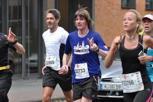 Mickie Krause beim Marathon mit gewohnter Frisur (mit Perücke)
