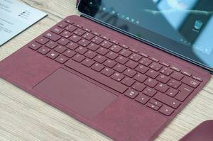 Microsoft Surface Go mit Type Cover in der Farbe Burgunderrot
