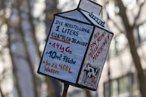 Milchtüte mit den Problemen der Milchherstellung aufgezeigt Klimastreik
