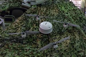 Militär-Drohne auf einem Militärfahrzeug IVECO Trakker