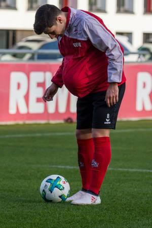 Milos Jojic mit einem Ball unter dem Shirt - Training am 30.01.2018