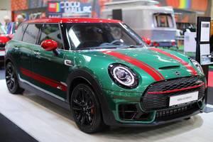 Mini Clubman im Grün mit roten Details auf dem Auto Show in Bukarest