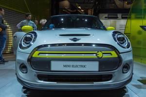 Mini Electric: Frontansicht des Elektroautos Mini Cooper SE, mit Elektromotor unter der Fronthaube