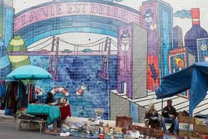 Mini-Flohmarkt mit Graffiti im Hintergrund in Lissabon, Portugal