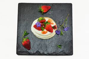 Mini Pavlovas mit Erdbeeren