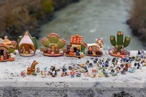 Miniatur-Figuren auf einem Vorsprung an einem Fluss in Rom