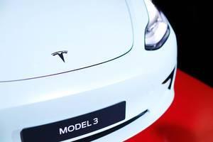 Minimalistisches Design beim Elektroauto Tesla Model 3: Closeup vorne