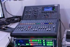 Mischpult in Tonstudio mit Reglern und digitaler Anzeige