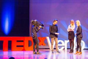 Misdirex Magic aka Jochem Borgman impressing the ladies with magic tricks - TEDxVenlo 2017