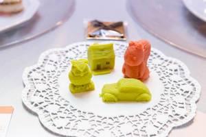 Mit 3D-Druck hergestellte Süßigkeiten in Form von Auto, Eule, Haus und Eichhörnchen