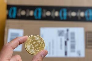 Mit Bitcoin auf Amazon bezahlen ist kein Fiktion mehr -  Bitcoin-Münze mit großem Bitcoin-Logo in der Mitte aus Stahl und einer Edelmetallauflage