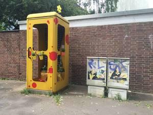 Mit Blumen dekorierte Telefonzelle in Köln