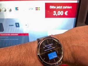 Mit Garmin-Smartwatch kontaktlos bezahlen: die Smartwatch einfach vor das Lesegerät halten