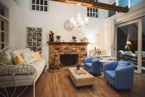 Mit Kamin ausgestattetes Wohnzimmer eines Ferienhauses mit Möbeln im antiken Stil
