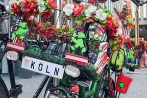 Mit Kunstblumen dekoriertes Fahrrad