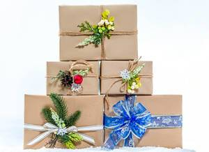 Mit Liebe verpackte Weihnachtsgeschenke stehen gestapelt im Schnee