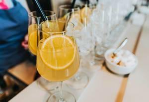 Mit Orangensaft verlängertes Longdrink