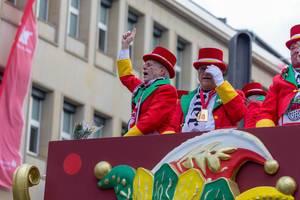 Mitglieder der Große Kölner KG winken Zuschauern zu - Kölner Karneval 2018