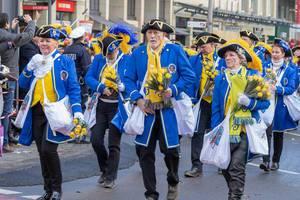 Mitglieder der KG Lyskircher Junge beim Rosenmontagszug - Kölner Karneval 2018
