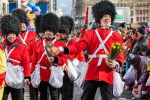 Mitglieder des Karnevalsverein Unger Uns beim Rosenmontagszug - Kölner Karneval 2018