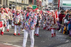 Mitglieder des Vereins Musikzug Bunt-Weiss beim Rosenmontagszug - Kölner Karneval 2018