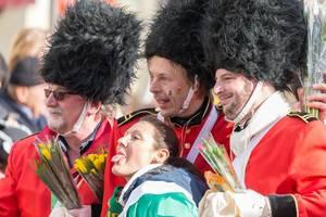 Mitglieder von Unger Uns lassen sich mit einer jungen Frau fotografieren - Kölner Karneval 2018