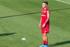 Mittelfeldspieler Charles Aránguiz, mit religiösen Tattoos, lacht fröhlich während des Trainings auf dem Fußballfeld