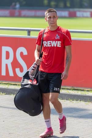 Mittelfeldspieler Darko Churlinov mit gepackter Tasche nach dem Mannschaftstraining am Clubhaus des FC Köln