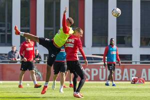 Mittelfeldspieler Nikolas Nartey in Aktion beim Fußballtraining des 1. FC Köln mit den neuen Fußballtrainer André Pawlak