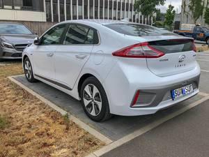 Mittelklasse-Elektroauto Hyundai Ioniq aus seitlicher Heckansicht