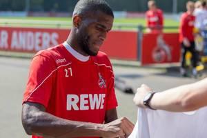 Mittelstürmer Anthony Modeste unterschreibt nach dem Fußballtraining am Geißbockheim mit seinem Autogramm auf Fanartikel