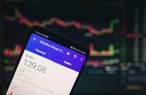 Mobiltelefon zeigt den aktuellen Marktwert von Alibaba an der Börse
