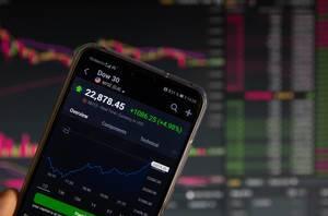 Mobiltelefon zeigt der Aktienmarkt-Entwicklung des Dow 30
