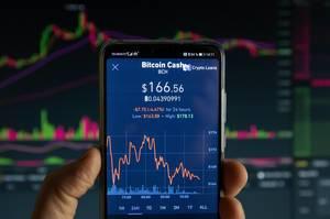 Mobiltelefon zeigt Marktwert von Bitcoin Cash (BCH) an Börse