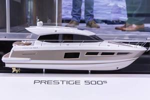 Modellnachbildung einer teuren, exklusiven Motoryacht in Messeausstellung