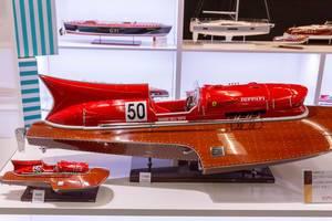 Modellnachbildungen des Wasserflugzeuges Arno XI mit Motor und Schriftzug von Ferrari