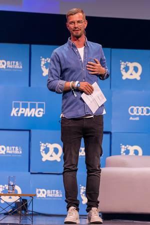 Moderator Joko Winterscheidt auf der Bühne bei der Bits & Pretzels Gründerkonferenz in München