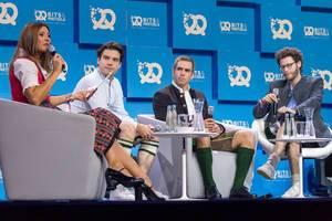 Moderatorin Sandra Thier, Philipp Lahm und sein Team von Fanmiles