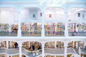 Modernes und einzigartiges Interieur eines zweistöckigen Buchladens
