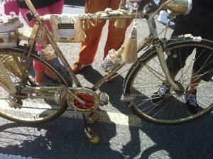 Modisches, quasi-vergoldetes Fahrrad