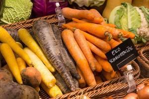 Möhrenvielfalt: Gelbe, orangene und violette  Karotten