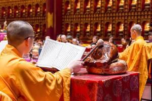 Mönch liest ein Gebet