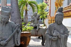 Mönch-Statuen vor dem Buddha-Tempels Wat Po in Bangkok
