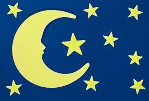 Mond und Sterne am Nachthimmel leuchten im Dunkeln