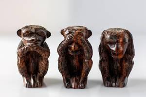 Monkey-Emojis as wooden figures - speak no evil, see no evil, hear no evil