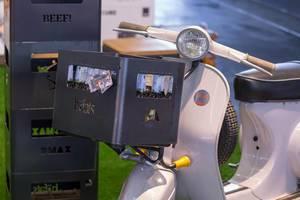 Moped mit Halterung für Bierkasten von Häfats