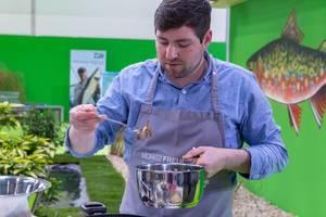 Moritz Freudenthal von Kochen mit Freude bereitet in Showküche Mahlzeit zu