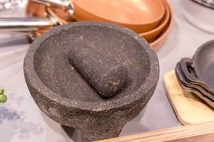 Mörser mit Stößel aus Stein auf der Fibo in Köln