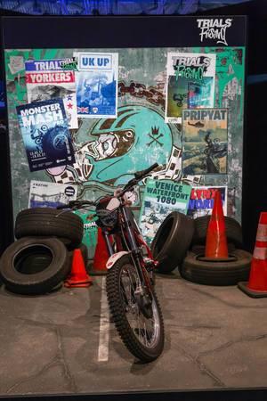 MotoCross Motorrad und alte Reifen auf dem Messestand von Trials Rising