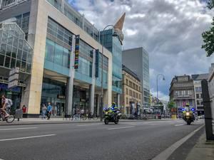 Motorradstreife der Polizei am  Neumarkt mit Neumarkt Galerie Köln im Hintergrund, begleitet die Critical Mass Fahrrad-Demonstration